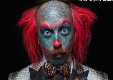 理发师Richie从小痴迷当小丑 做假眉毛脸纹成蓝色