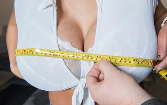 德国空姐玛蒂娜比格整容上瘾 隆胸做6次尺寸现已达32K