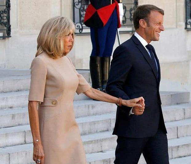 总统夫人整容成功 和马克龙亮相牵手秀恩爱