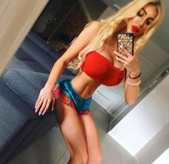 25岁女子安娜拉花费6万英镑整形 自称是第一个真人芭比